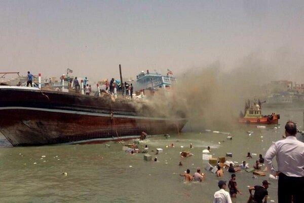 یک فروند شناور در بندر گناوه آتش گرفت