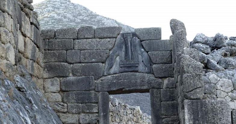 روسیاهی آتش بر دروازه قلعهِ باستانی یونان