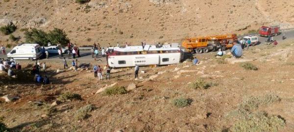 عدم توانایی در کنترل وسیله نقلیه؛ دلیل واژگونی اتوبوس حامل خبرنگاران در نقده